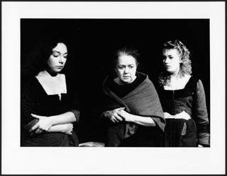 """Ingund Mewes und ihre Töchter in: """"Die Töchter der Hexen"""" (Piccolo-Theater Köln)"""