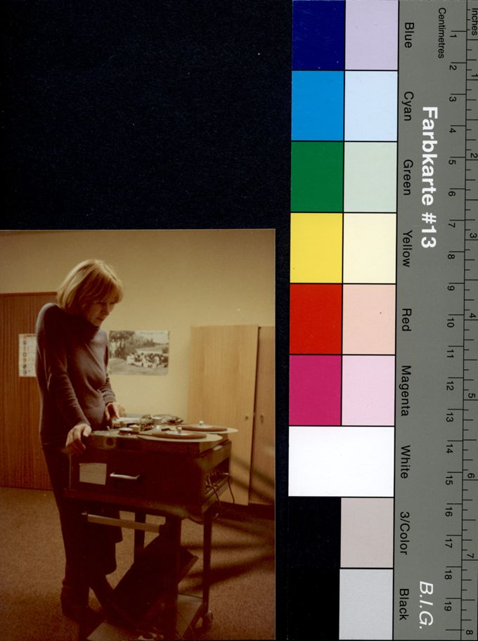 Die Redakteurin Ute Remus, eine Feministin der ersten Stunde, im Studio des WDR an der Bandmaschine